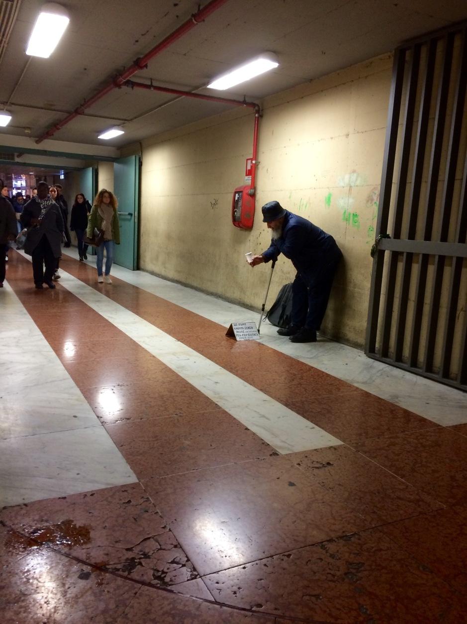 Antropocene mendicante Andrea_d'Amore stazione_Santa_Maria_Novella.jpg