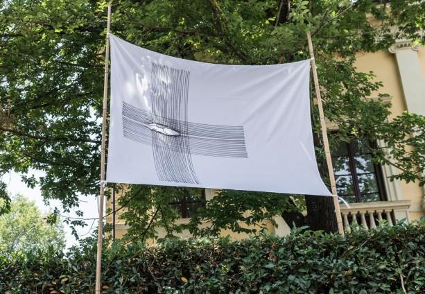 Bandiera installata a Villa Romana Firenze. ph Okno_studio